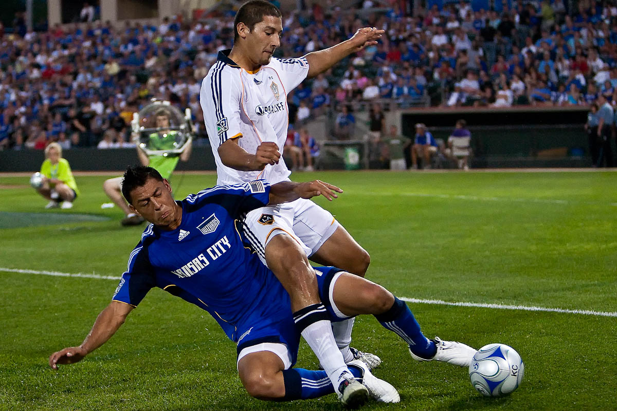 20090725_MLS_Soccer_Galaxy_Wizards_Roger_Espinoza_1